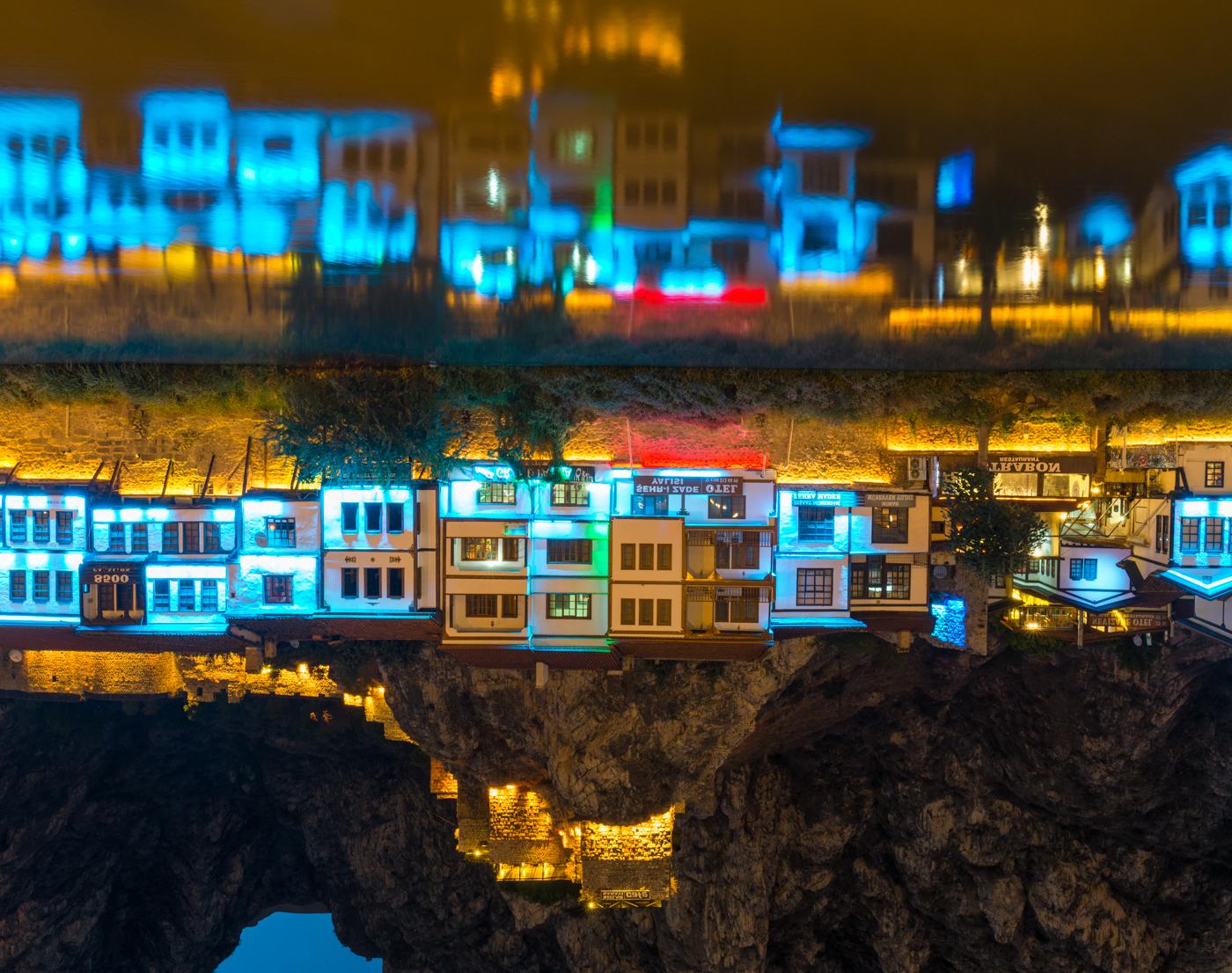 AMASYA / アマスヤの町は切り立った崖に挟まれ、町の中央を小さな川が流れる。日暮れになると旧市街は電飾され、日中と異なる姿を見せる。