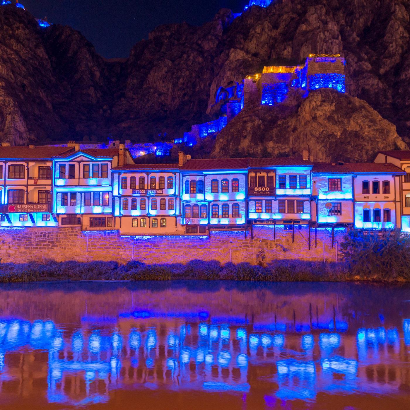 AMASYA / アマスヤの町は切り立った崖に挟まれ、町の中央を小さな川が流れる。日暮れになると旧市街は電飾され、日中と異なる姿を見せる。青色のイルミネーション。