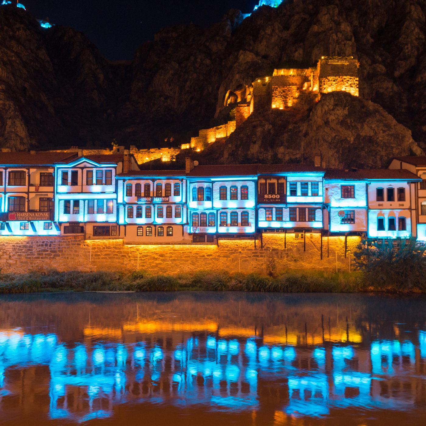 AMASYA / アマスヤの町は切り立った崖に挟まれ、町の中央を小さな川が流れる。日暮れになると旧市街は電飾され、日中と異なる姿を見せる。水色とオレンジ色のイルミネーション。