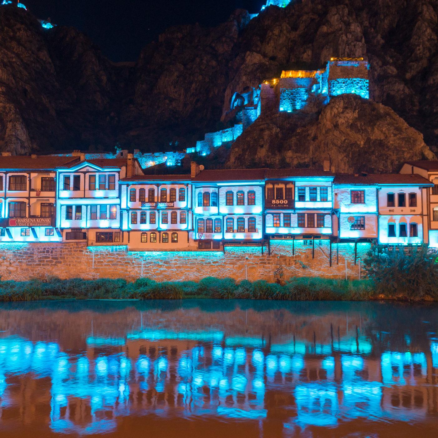 AMASYA / アマスヤの町は切り立った崖に挟まれ、町の中央を小さな川が流れる。日暮れになると旧市街は電飾され、日中と異なる姿を見せる。水色のイルミネーション。