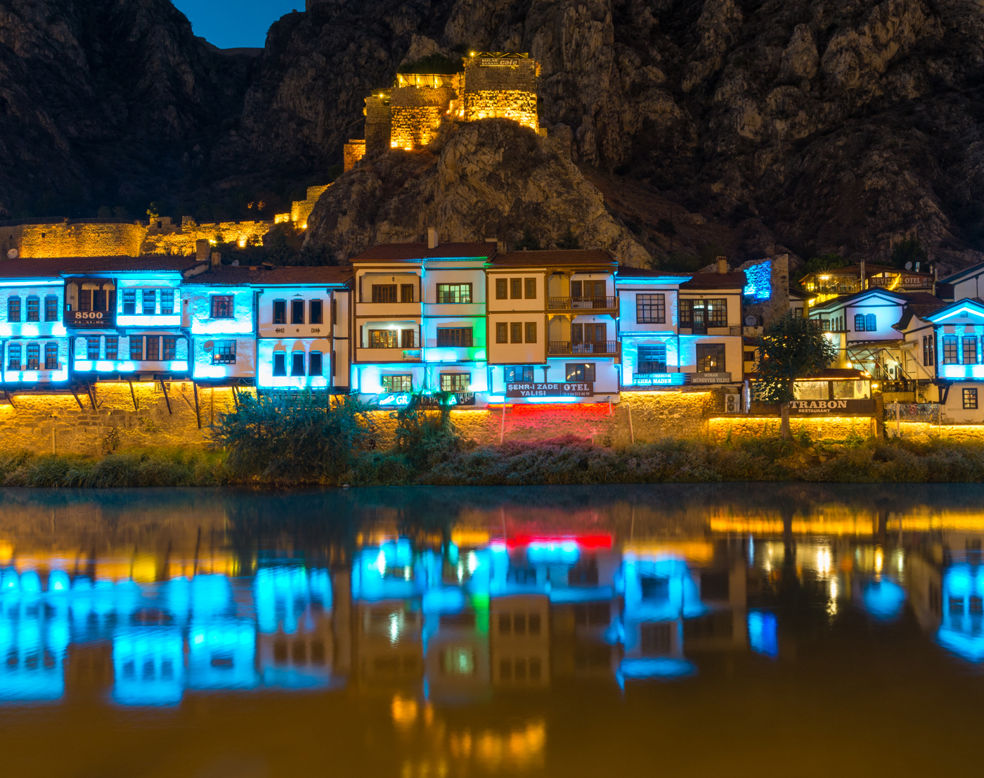 AMASYA / アマスヤの町は切り立った崖に挟まれ、町の中央を小さな川が流れる。日暮れになると旧市街は電飾され、日中と異なる姿を見せる。5色のイルミネーション。