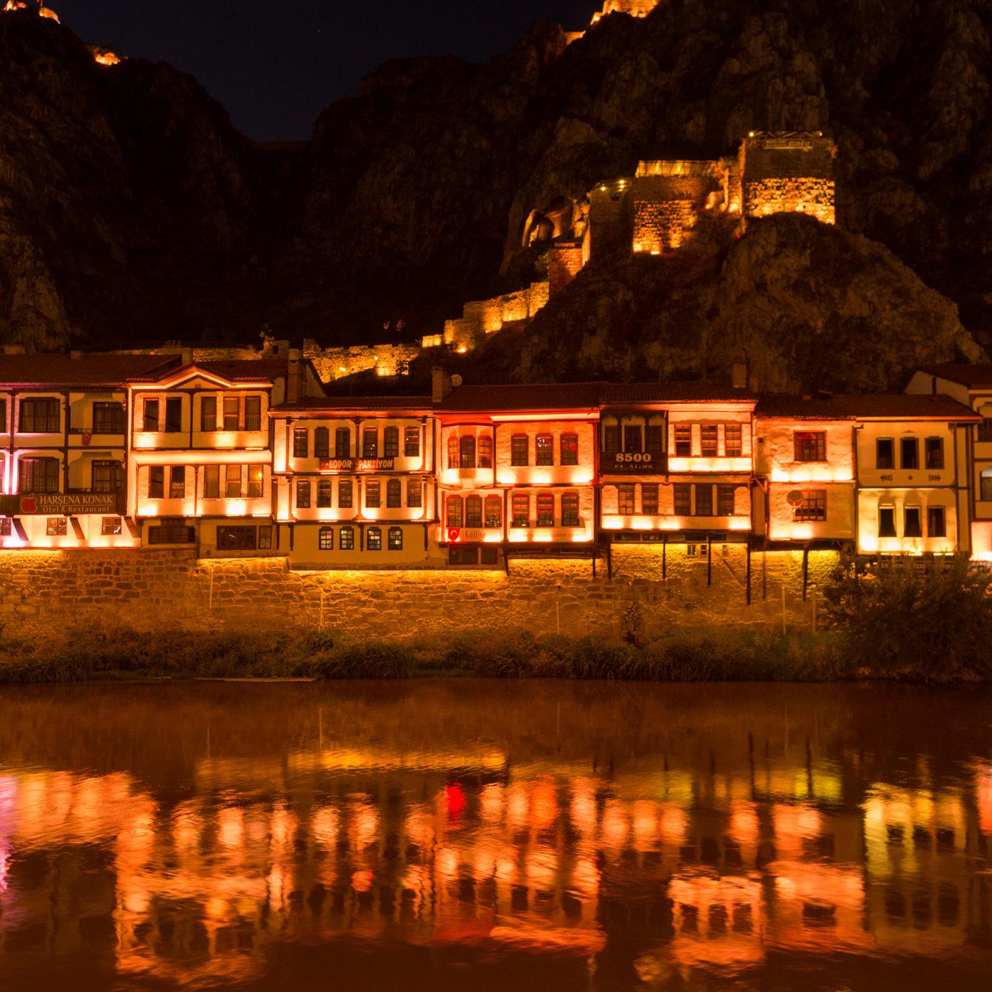 AMASYA / アマスヤの町は切り立った崖に挟まれ、町の中央を小さな川が流れる。日暮れになると旧市街は電飾され、日中と異なる姿を見せる。オレンジ色のイルミネーション。
