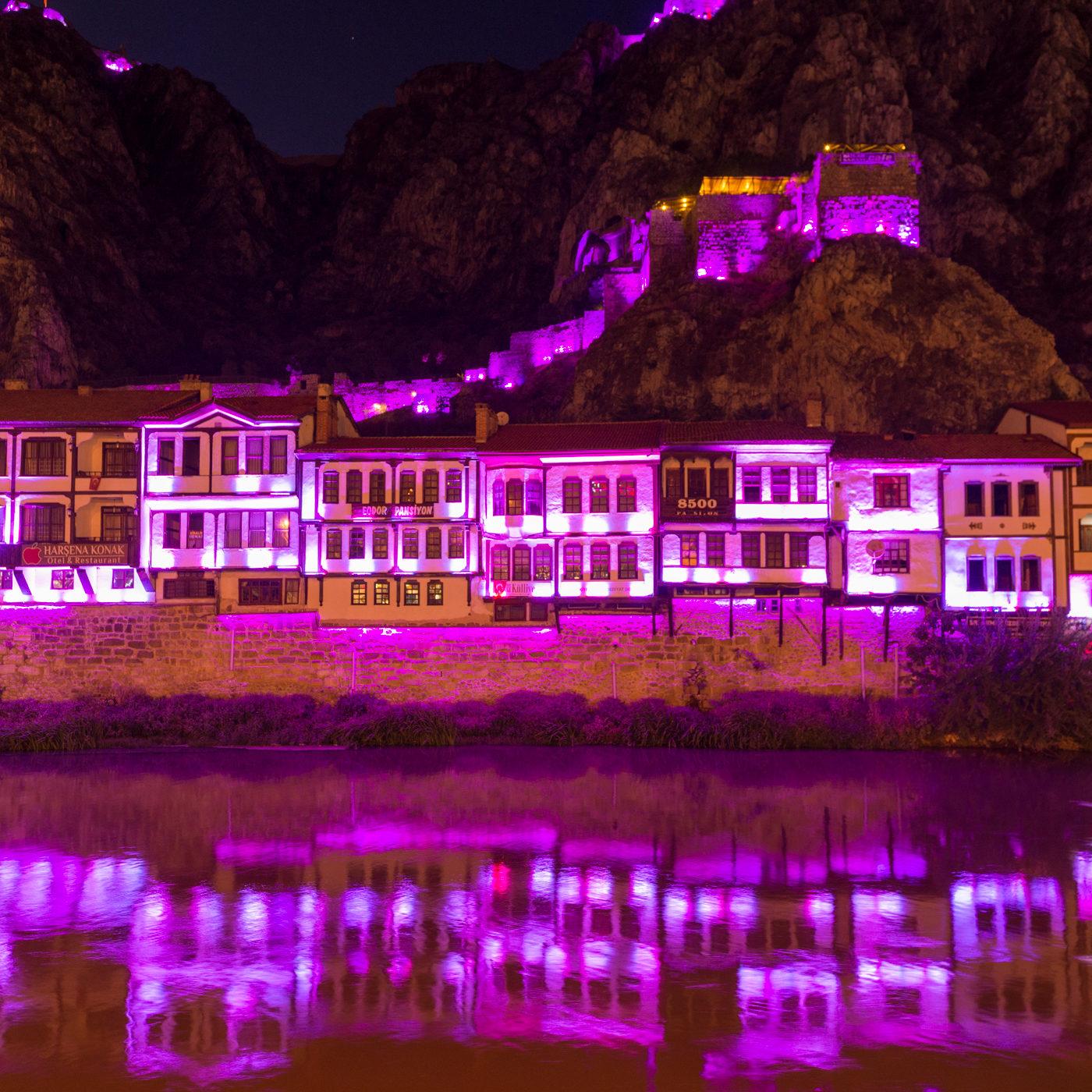AMASYA / アマスヤの町は切り立った崖に挟まれ、町の中央を小さな川が流れる。日暮れになると旧市街は電飾され、日中と異なる姿を見せる。ピンク色のイルミネーション。