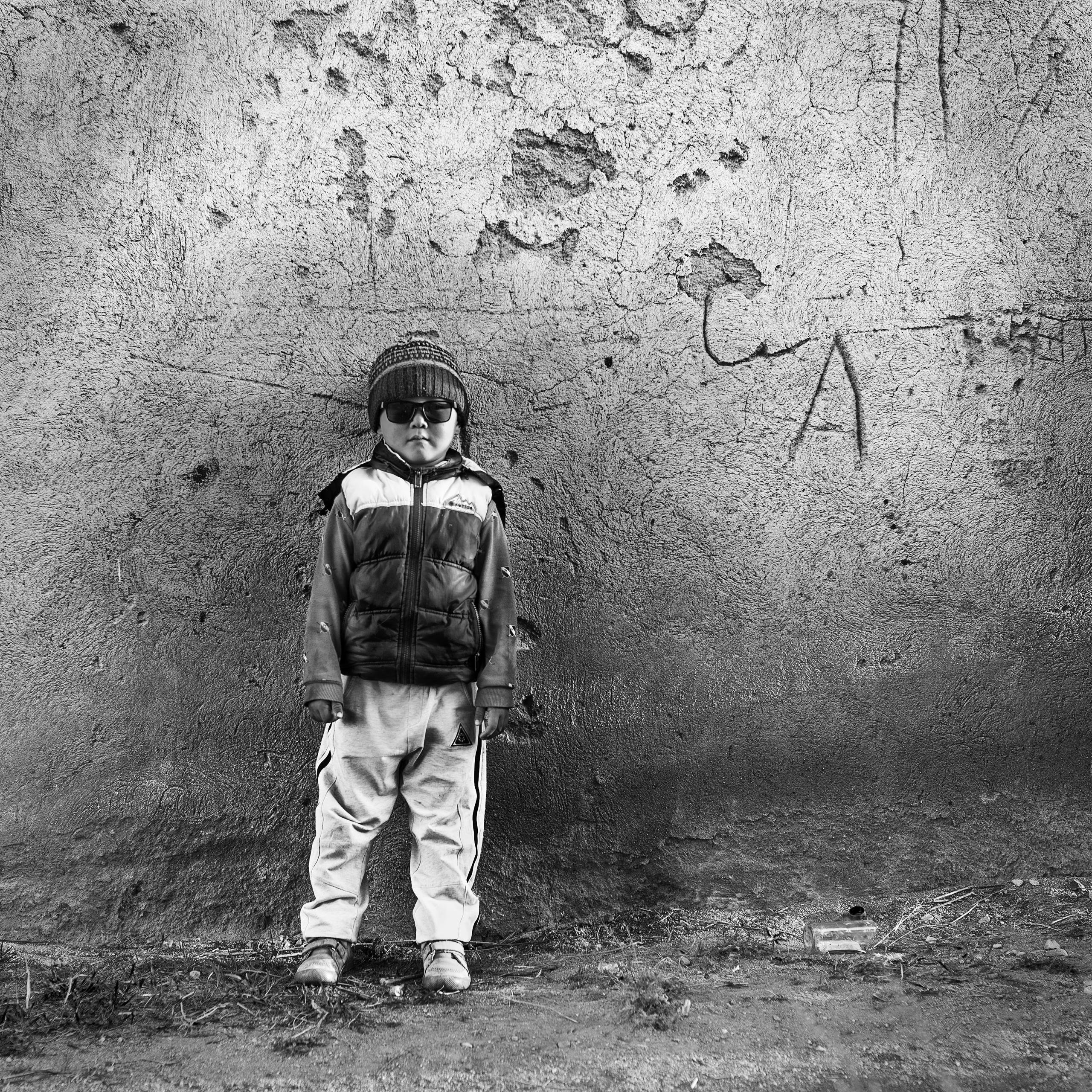 The future of M   Issyk-Kul, KYRGYZ, モノクロの作品,壁の前に立つ少年